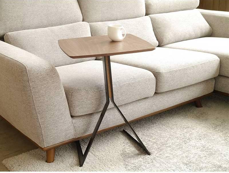 ソファ横で丁度いい頑丈で使いやすいテーブルつくえ